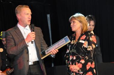 Helmut och Anneli tar emot pris | Foto: Skövde Kommun