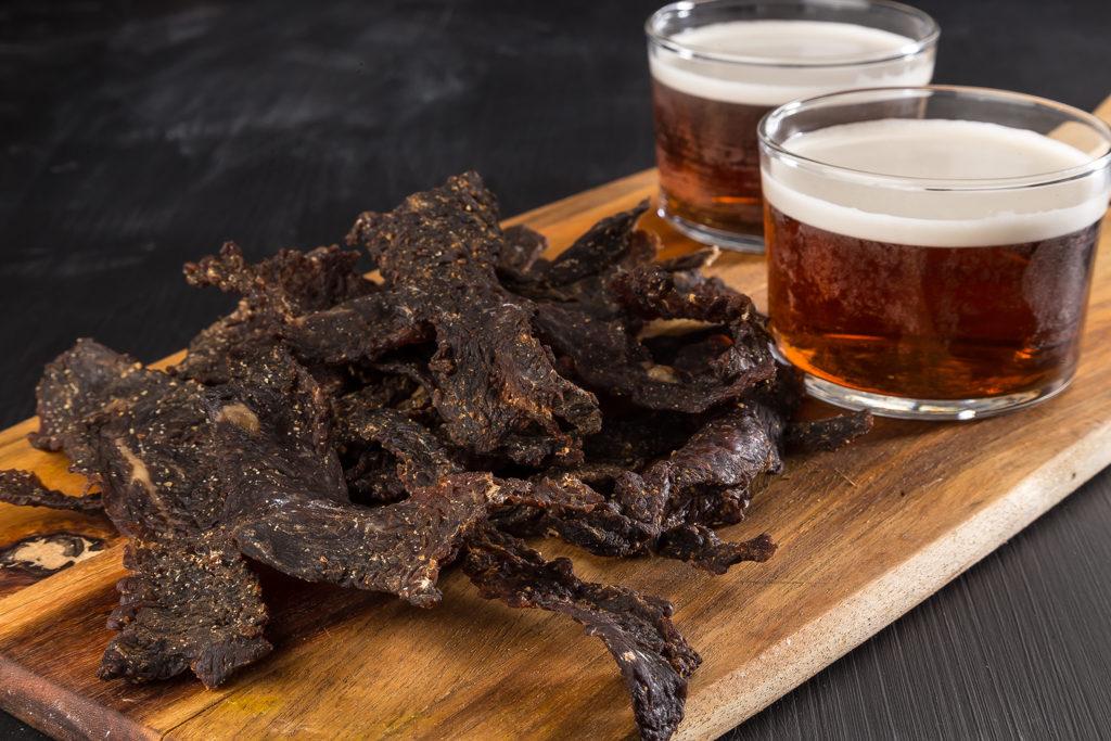 Beef jerky är riktigt gott som snacks.
